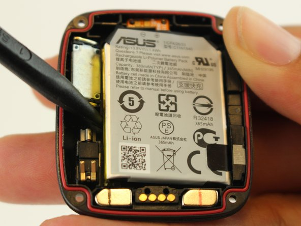 Deslice el spudger debajo de la batería y levántelo para quitarlo.