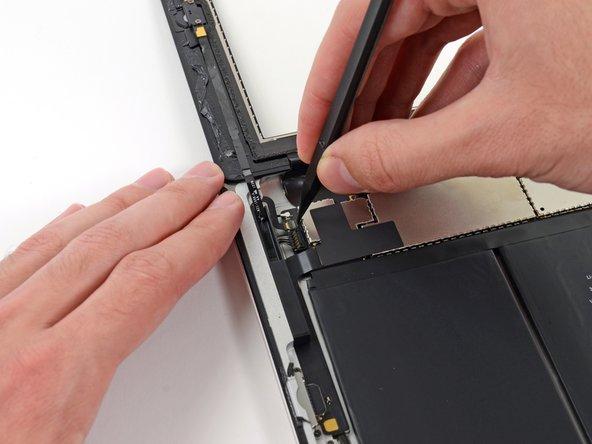 Klappe den Sicherungsbügel am ZIF Verbinder des Flachbandkabels des Home Buttons hoch.