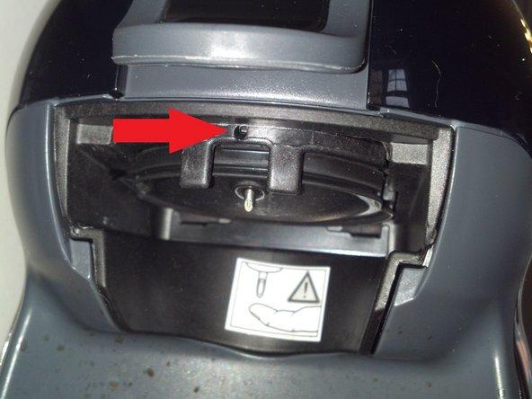 Ziehe den Netzstecker und entferne den Wassertank.