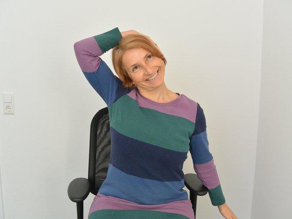 Aufrecht stehen oder sitzen. Neige Deinen Kopf zur Seite und spüre die Dehnung auf der gegenüberliegenden Seite. Zur Verstärkung der Dehnung, lege Deine Hand locker auf das nach oben zeigende Ohr. Atme gleichmäßig weiter. Nach ca. 15- 25 sec. Seitenweichsel.