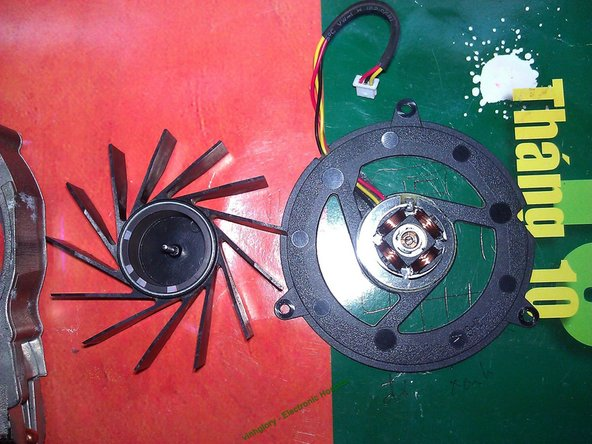 Image 1/2: Take care of the marks to assemble the fan correctly