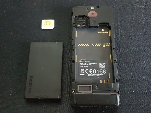 Entferne den Akku, die SIM-Karte und die microSD-Karte.