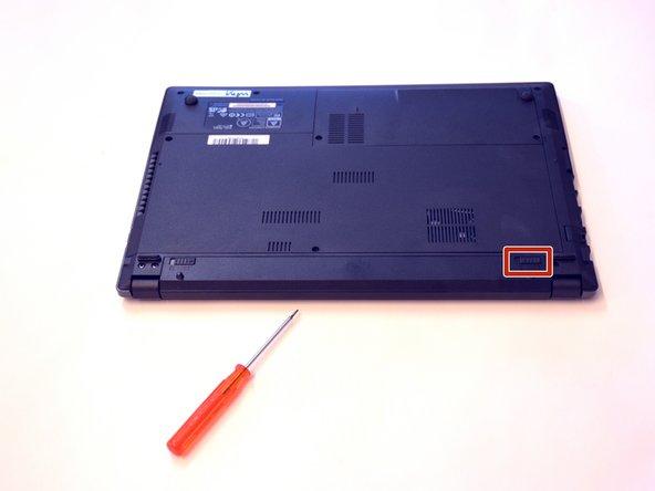 Déverrouiller le loquet de fixation de la batterie situé à droite.