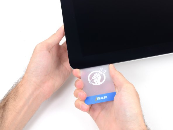 Schiebe die Karte wieder in die obere rechte Ecke und lasse sie dort stecken, um zu verhindern, dass der Kleber das Display wieder festklebt.