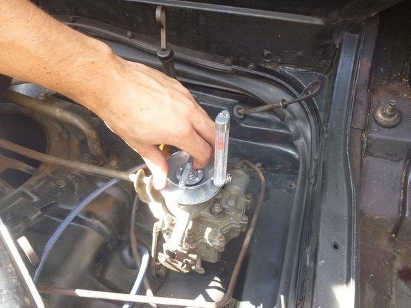 Conecte la herramienta de sincronización del carburador a uno de los carburadores