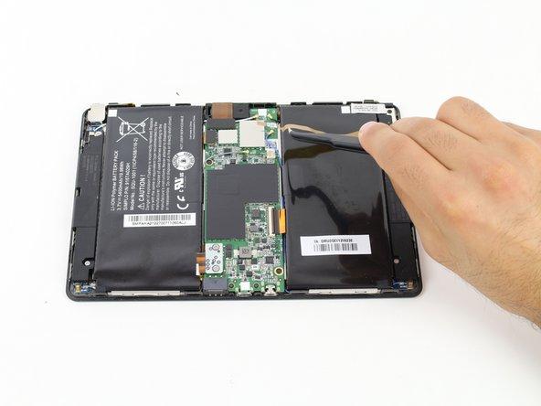 Retirez le connecteur de la batterie à l'aide de vos doigts ou d'une pince à épiler.