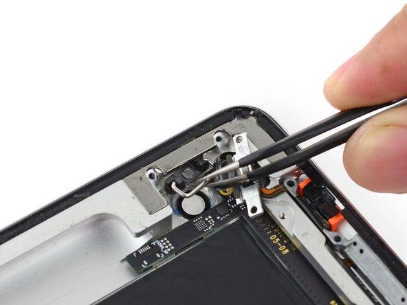 Notez l'orientation pour le remontage. La barre à ressort métallique devrait être orientée vers l'arrière de la coque.