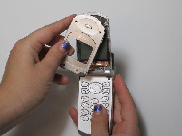 Retirez délicatement l'écran après l'avoir ldétaché, exposant l'écran inférieur et les pièces