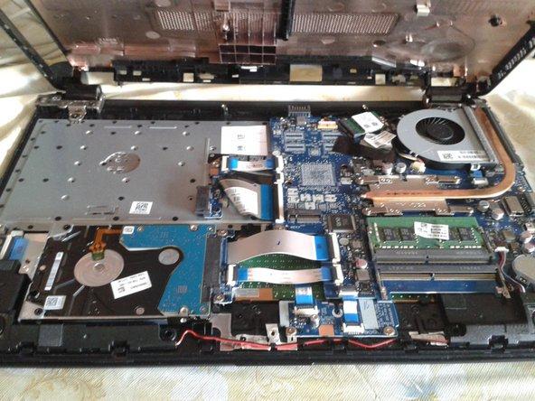 Voltea la laptop y separa la tapa inferior del chasis