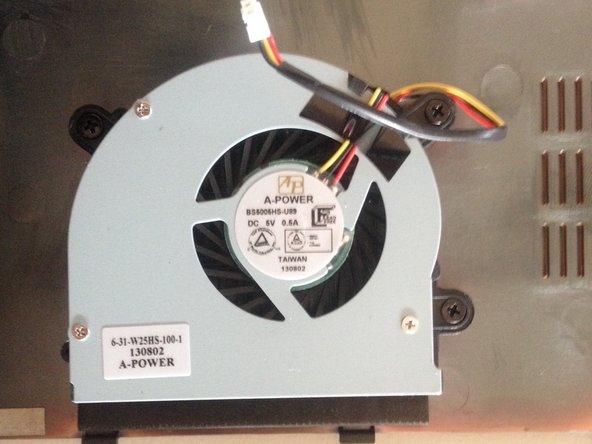 A l'aide du tournevis Philips, retirer les 3 vis qui fixent le ventilateur sur le fond de l'appareil.
