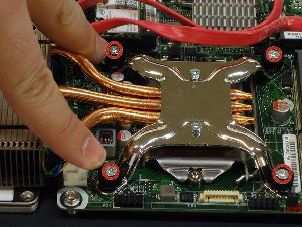 A l'aide du tournevis Phillips #2, dévissez les 4 pattes de fixation du radiateur de refroidissement du processeur (CPU).