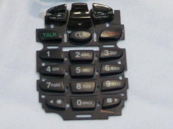 Remarque: Le clavier peut se libérer accidentellement en retirant le couvercle arrière ou la carte logique. Il est préférable de retirer la carte logique pour réinstaller le tapis de touches.