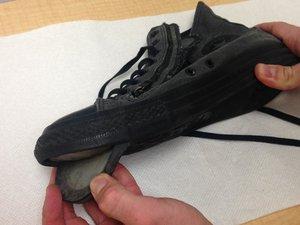 Cómo reconectar la suela de un zapato