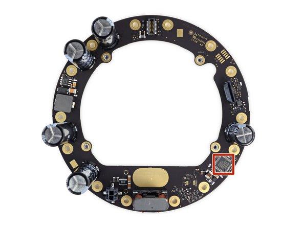 La face émaillée de condensateurs de la carte de ce bloc d'alimentation intergalactique abrite également un microcontrôleur ARM à ultra basse consommation STM32L051C8T7 STMicroelectronics.