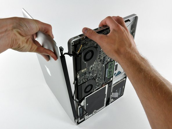 Soulevez et éloignez l'écran du boîtier supérieur en veillant à ce que aucune fixation ni aucune nappe ne reste accrochée.