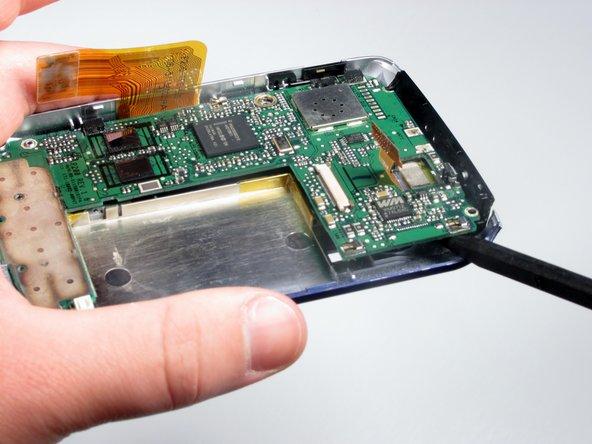 En utilisant le spudger, soulevez la carte mère hors de l'appareil.