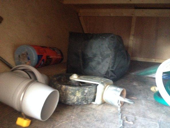 Possibilité de laisser des choses qui ne craignent pas le froid. Embouts de plastique, tuyaux vidés et secs, outils, etc