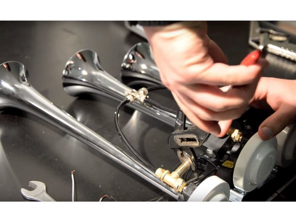 Carefully unscrew the head of the valve: it could be hard to remove due to the threadlocker.