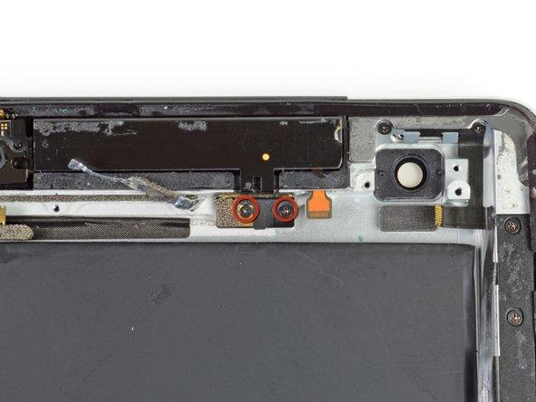Retirez les deux vis cruciformes #00 de 1,75 mm fixant l'antenne sur le cadre en aluminium.