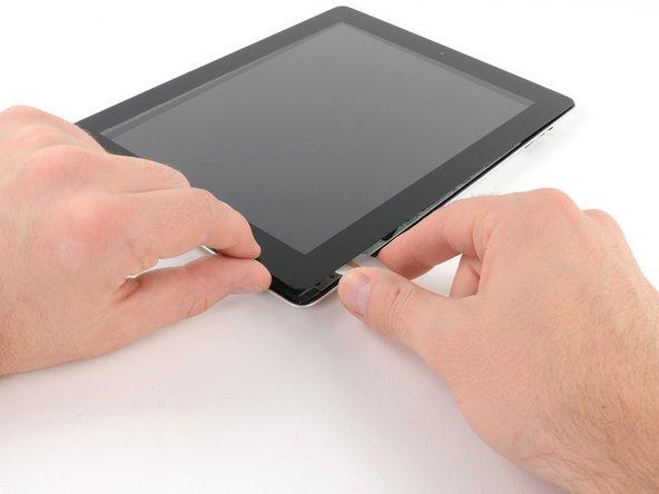 Heble mit einem Opening Pick die rechte untere Ecke des iPads nach oben und ergreife es.