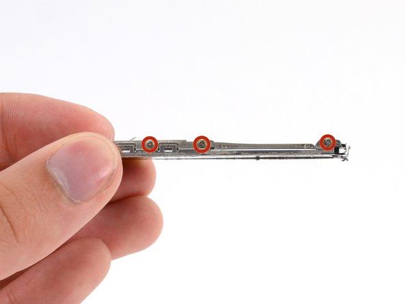 Retirez les six (trois de chaque côté) vis cruciformes #000 de 1,5 mm fixant le châssis métallique à l'écran.