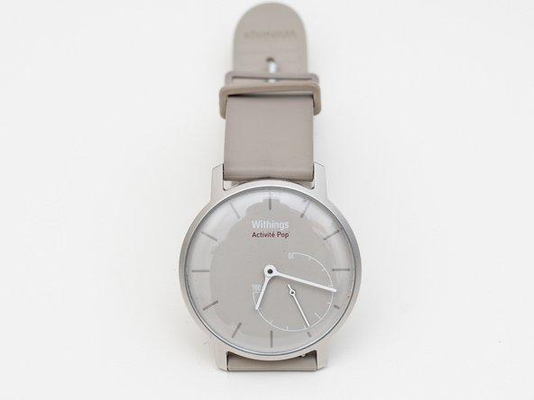 Bu çok sade tasarlanmış Withings Activité Pop Smartwatch  günlük aktivitelerinizi bir analog gösterge ile gösterir. Lastik kordonu küçük pim uçlarını ok yönünde çekerek çıkartın.