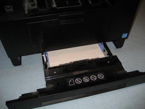 Papierschacht und hintere Papierführung entfernen.