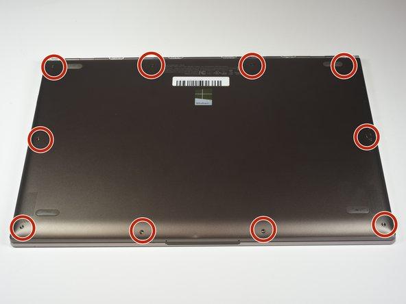 デバイス本体を裏返して、バックカバーに取り付けられたネジにアクセスします。