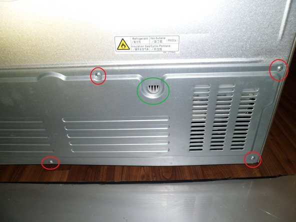 Image 2/2: In the green circle, there is the water outlet from the reservoir of the defrosting automatic. there is water in it ! So open the plate slowly.