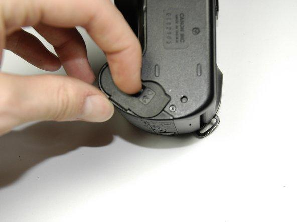Faites glisser la languette du couvercle des piles pour faire apparaître les piles.