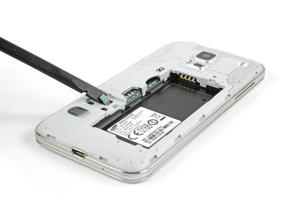 Usa uno spudger o uno strumento di apertura di plastica per sollevare il connettore del cavo del pulsante home e disconnetterlo.