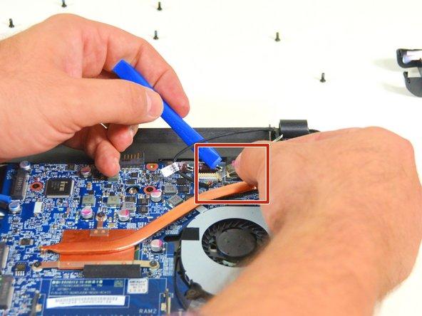 Image 3/3: Trennen Sie  dann das Verbindungdkabel vom  ersten der beiden Stecker.