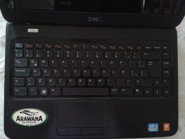 Voltea la laptop con el teclado hacia arriba