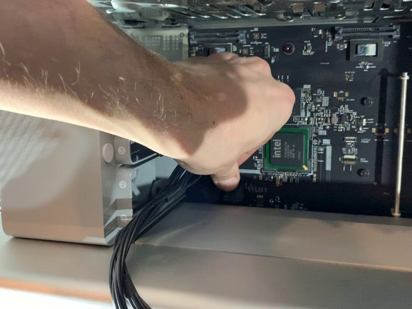 Déconnectez les câbles PCI-e de la carte-mère