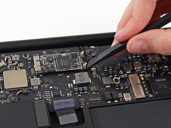 Utilisez l'extrémité plate d'un spudger pour extraire les deux connecteurs d'antenne de leur prise sur la carte AirPort/Bluetooth.