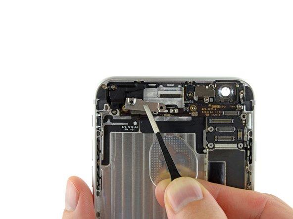 Entferne die Antennenklammer mit einer Pinzette aus dem iPhone.