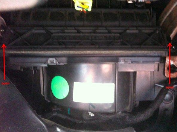 打开空调滤清盒子两旁的卡扣,然后抽出空调滤清