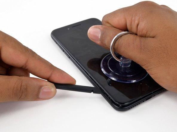 Fai scorrere lo spudger lungo il lato sinistro della iPhone, iniziando dalla parte inferiore e spostandoti verso i pulsanti del controllo volume e l'interruttore della modalità silenziosa.