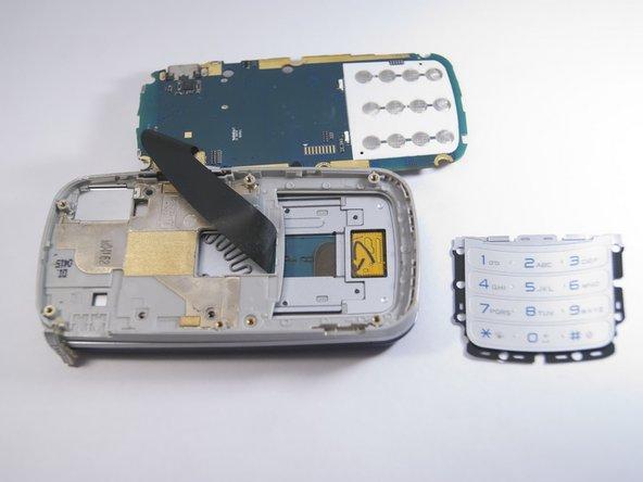 Utilisez le spudger pour éloigner doucement le clavier du reste du téléphone.
