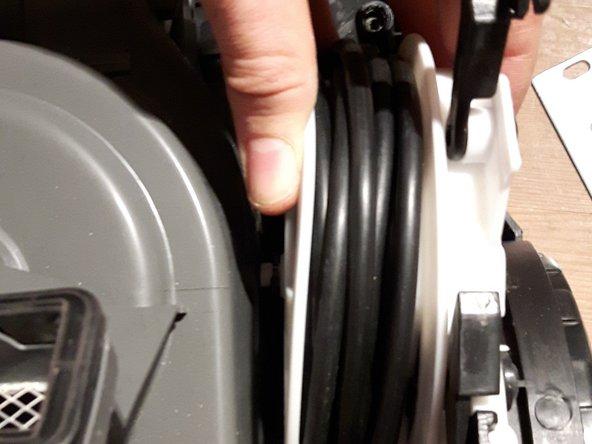 Kabelrolle leicht nach außen drücken, und schon kommt sie raus.