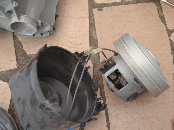 Extraire le moteur de son boitier en plastique.