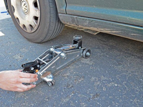 Retirez le cric de sous la voiture.