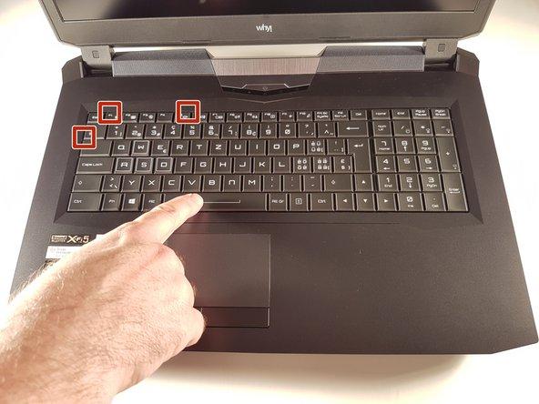 Einschlagen Sie eine Büroklammer in jedem Loch, das rot eingerahmt ist, bis einen Klick.