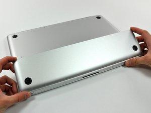 """Installazione dello sportello di accesso nel MacBook Pro Unibody da 15"""", versioni fine 2008 e inizio 2009"""