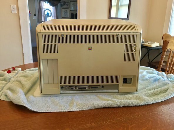 Sigue la guía de desmontaje de Apple Lisa para quitar el panel trasera de Lisa.