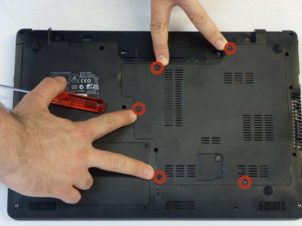 A l'aide du tournevis Philips #1, dévisser les 5 vis de fixation du capot.