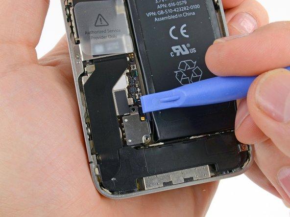 Используйте пластиковый инструмент для отключения шлейфа аккумулятора от коннектора.