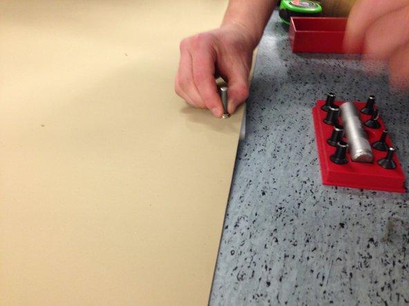 Muštuku užspaudžiamas segtukas.