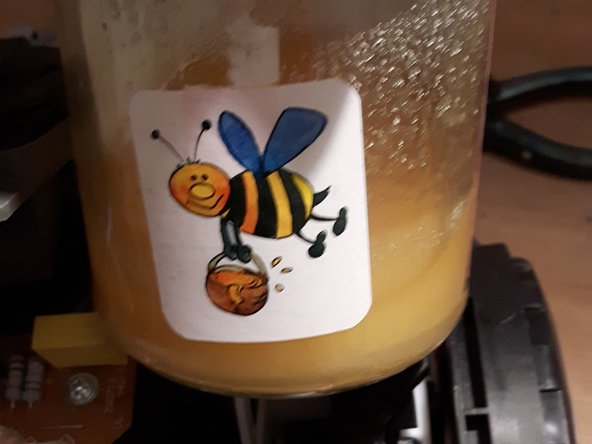 Image 3/3: jetzt die Gummirolle herausnehmen. Achtung, ungewöhnlich. Honig ganz ganz dünn sorgt hervorragend dafür, dass das Gummi wieder greift. und er würde sich ganz einfach mit Wasser wieder entfernen lassen.