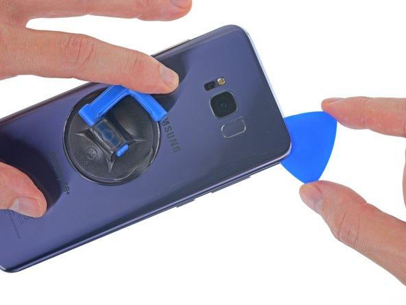 Puoi danneggiare il cavo flessibile del sensore impronte digitali se inserisci il tuo plettro troppo in profondità. Lavora con cautela e orientati con lo schema del passo 2.